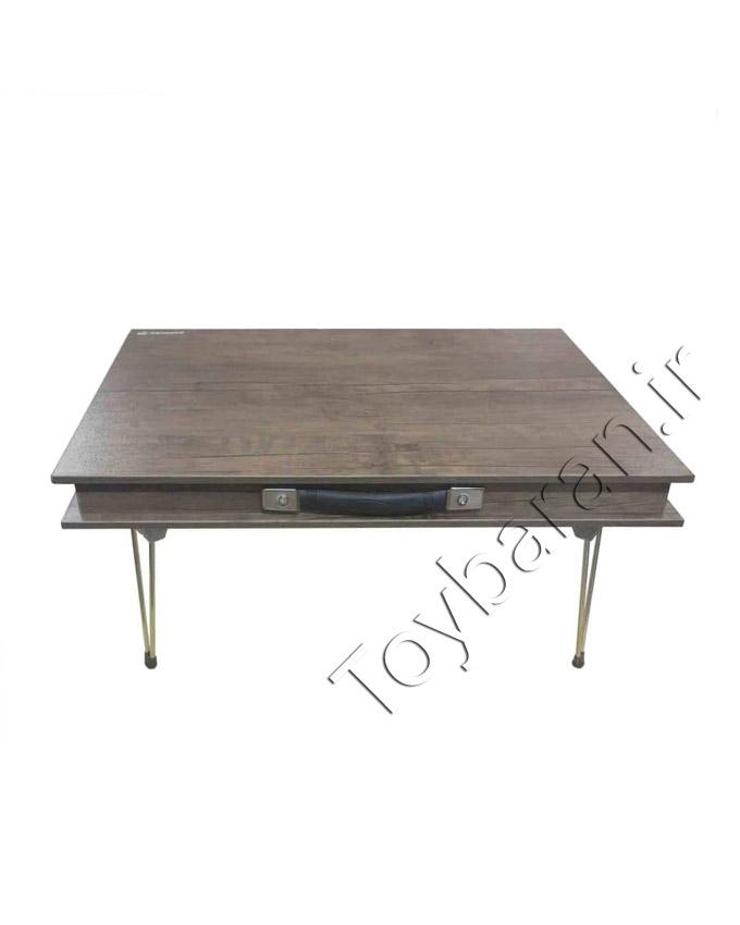 میز تحریر نشسته گراندو